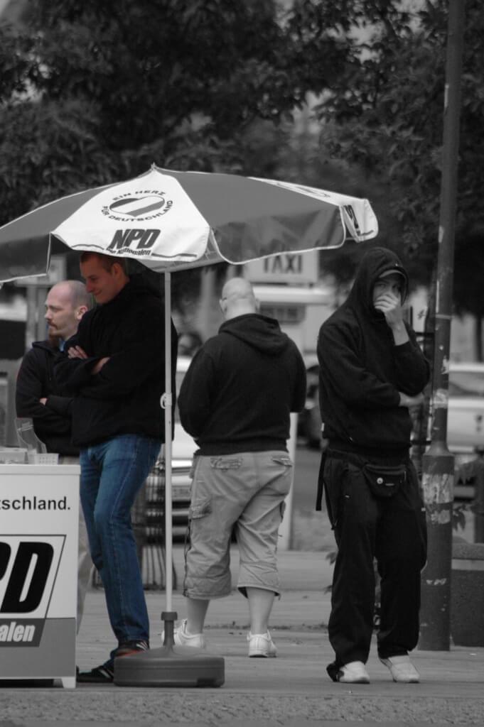 Labahn am NPD-Infostand, 25.11.2011