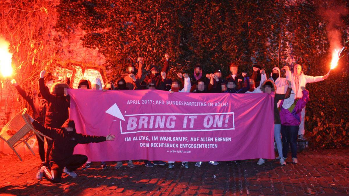 "Antifas mit ""Bring it on!"" Transparent"