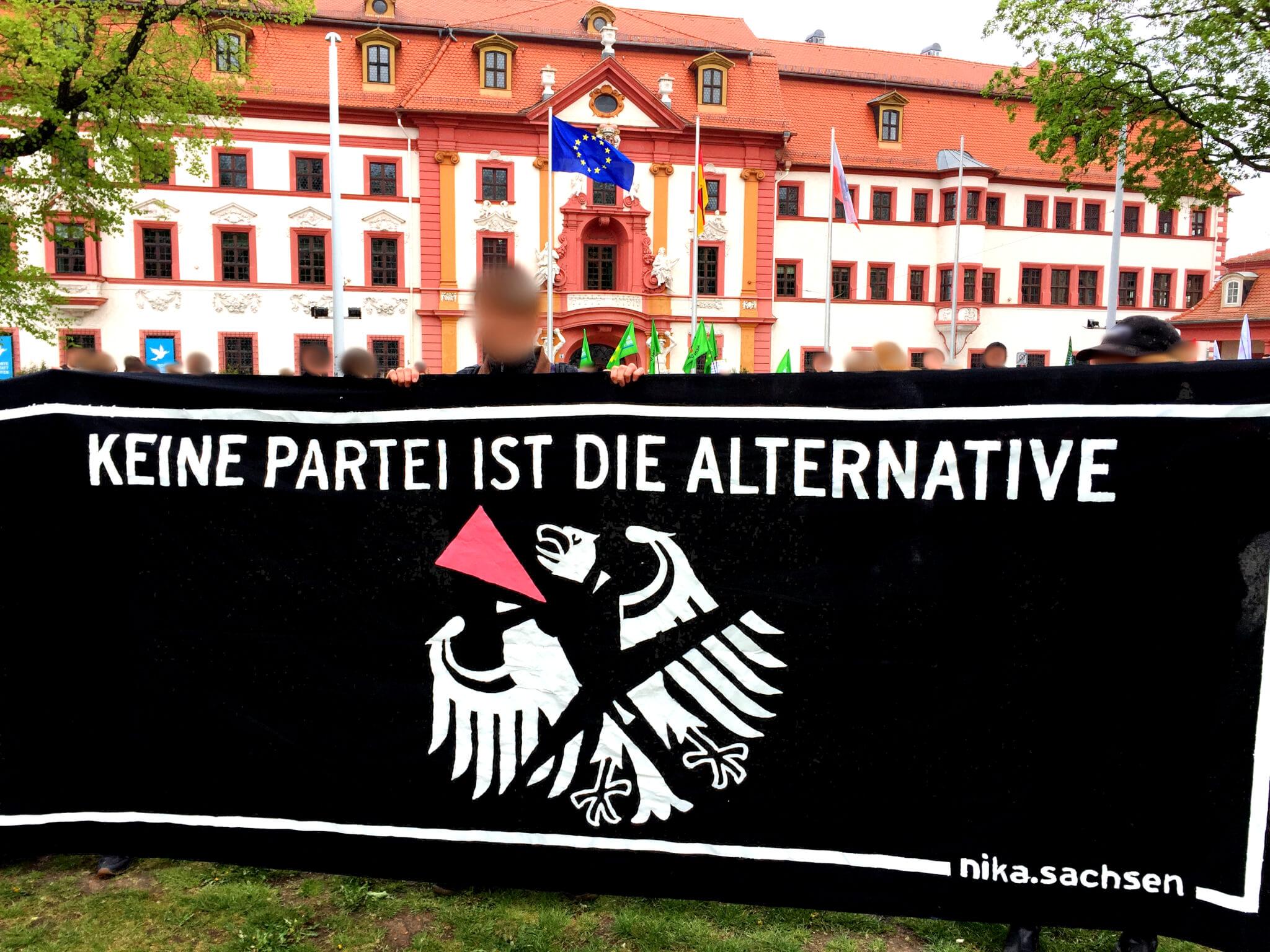 """Titelbild: Transparent mit der Aufschrift """"Keine Partei ist die Alternative"""" bei der 1. Mai Demo in Erfurt"""