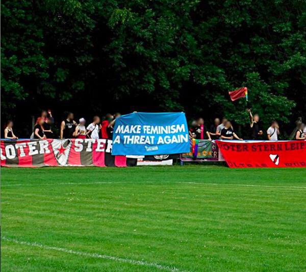 """Fan-Kurve des Roten Stern Leipzig mit einem Transparent mit der Aufschrift """"MAKE FEMINISM A THREAT AGAIN!"""""""