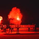 """Pyrotechnik und Transparent mit Aufschrift: """"Völkische Offensive zerschlagen!"""""""